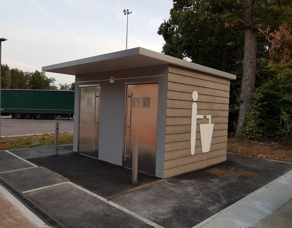 Bloc sanitaire préfabriqué public pour parking poids lourds A6 aire de Beaune Merceuil